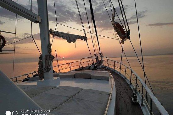 Crociera al tramonto sulla costa