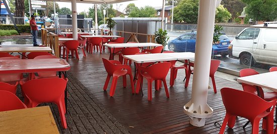 Pasta Deli Glynde    outside eating area