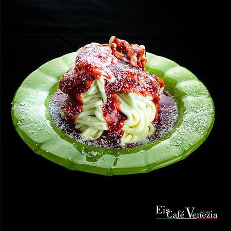 Hallo Eisfreunde! Traditionell besteht Spaghettieis in der Regel aus Vanilleeis, dass über Schlagsahne gepresst wird, wobei die Schlagsahne durch den Kontakt mit dem kalten Vanilleeis gefriert und dadurch den besonderen Geschmack entwickelt.  Die Geschichte vom Spaghettieis in Deutschland ist fast  so alt, wie die Tradition dieses  Eiscafés in Hessisch Oldendorf, gegründet im Jahr 1975 von Giuseppe Nicolai.