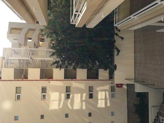Hinterhofatmosphäre wenn man auf dem Balkon sitzt.