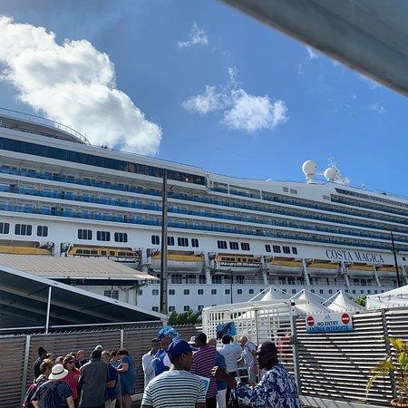 Fort-de-France, Martinik: Arrivé des touristes sur le bateau de croisière Costa Magica