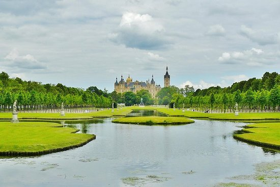 Schwerin Walking tour with Palace & Cathedral