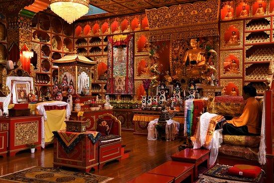 Eskdalemuir, UK: Interno del Tempio Tibetano nel Monastero buddhista di Kagyu Samye Ling - Scozia meridionale - Gran Bretagna.  Cliccare sulla foto per vederla come scattata.