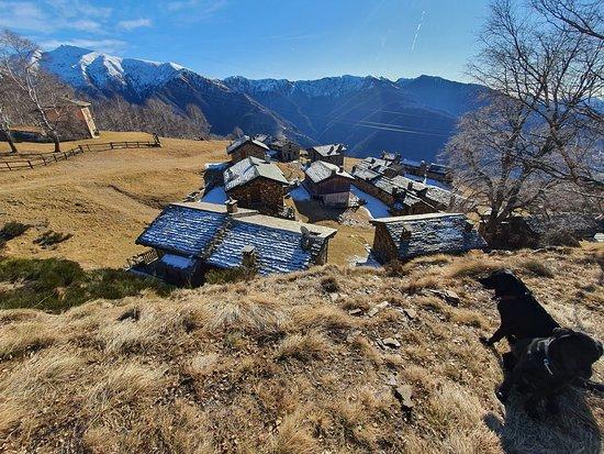 """Maccagno con Pino e Veddasca, Italija: Moterecchio - ein kleiner """"Ort"""" mit Steinhäuschen.."""
