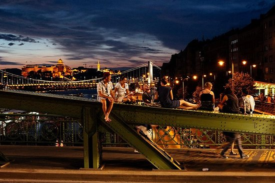Private Vibrant Budapest Evening Tour: Hotspots & Local Life Resmi