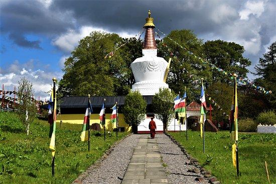 Viale di accesso al Monastero Tibetano nel centrosud scozzese - Eskdalemuir -  Scozia - Gran Bretagna. Cliccare sulla foto per vederla come scattata.