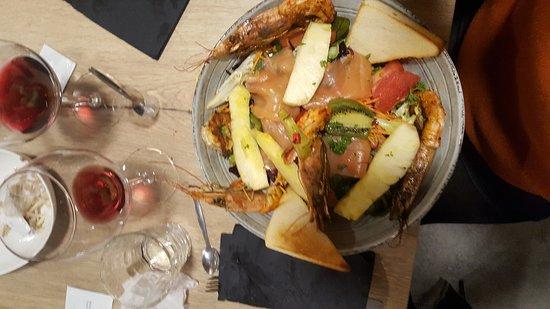 Sillingy, Франция: Salade gambas et fruits. Exotique!!un délice et très copieuse