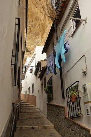 Setenil de las Bodegas, Španělsko: Bijzonder wit dorp tussen de rotsen.