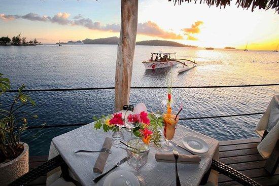 Croisière au coucher du soleil à Bora...