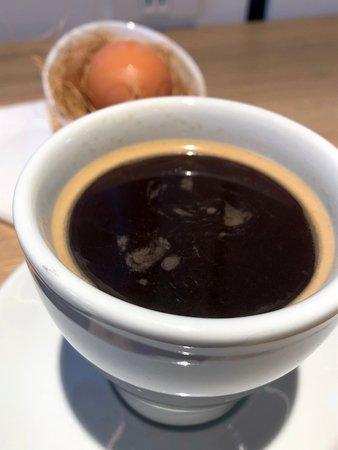 朝食のロングブラックコーヒーとゆで卵