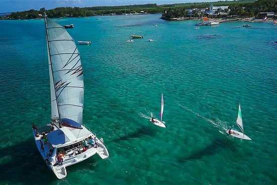 Full-Day Catamaran Cruise to Île aux...