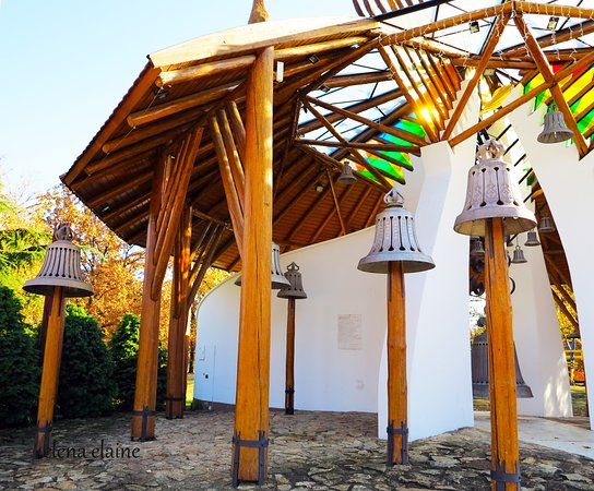 Hajduszoboszlo, Hungary: Симпатичные и оригинальные колокольчики. Каждый час можно услышать их чудесный перезвон! Рядом находится Szent Istvan park.