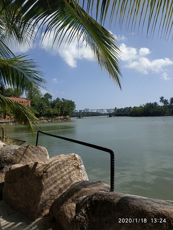 Бассейн с видом на мост