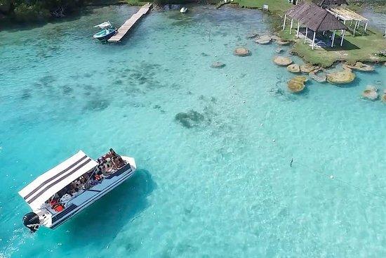 オープンバー付きのバカラルラグーン観光ボートツアー