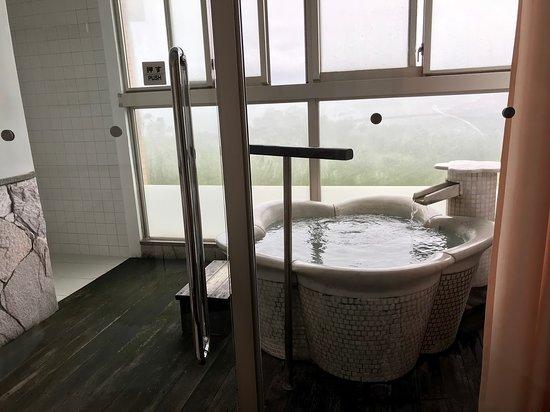 部屋の半露天風呂