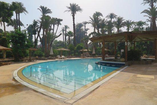 Pavillon Winter Luxor: พื้นที่ติดกันจะเป็บาร์ ริมสระว่ายน้ำ  ความลึกของ สระ น้อยกว่า สระว่ายน้ำหลัก ครับ