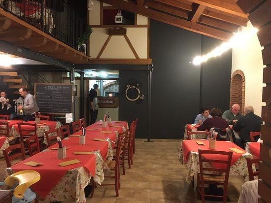 Fonzaso, Italië: La sala della  Pizzeria Agana