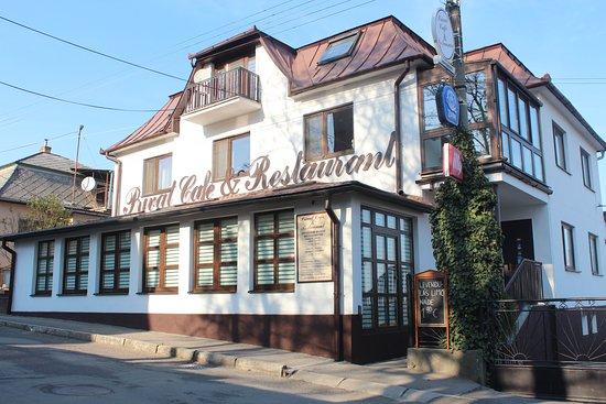 Kralovsky Chlmec, Slovakia: Királyhelmec patinás étterme, mely európai konyhával, olasz kávéval és virágos terasszal várja vendégeit. A tatárbiftek, a raguleves és a csokitorta kihagyhatatlan!