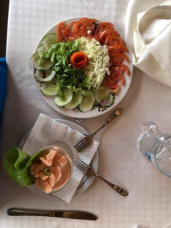 ensalada y coctel de mariscos