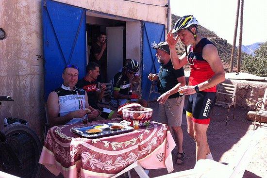 Agadir Bike Evasion: Ravitaillement improvisé chez l'habitant lors de notre passage dans ce village isolé, où aucune route ne permet d'accéder