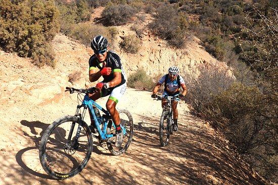 Agadir Bike Evasion: Sortie VTT entre amis, un vrai challenge sur cette longue montée ! ;)
