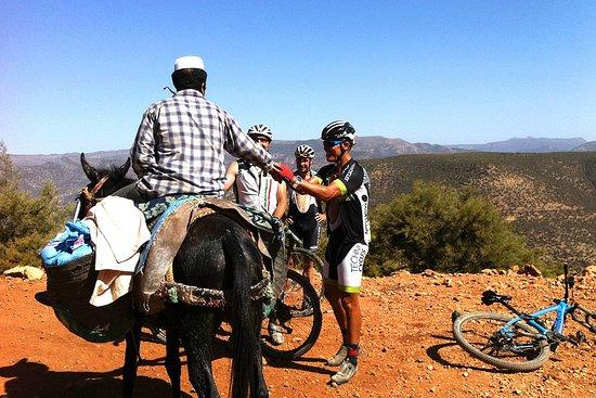 Agadir Bike Evasion: Rencontre, partage, la population locale est très avenante, accueillante. Ici, un homme s'arrête pour nous proposer son aide ...