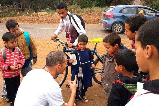 Agadir Bike Evasion: Moment de partage avec les enfants à la sortie de l'école du village