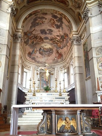 Main altar and frescos