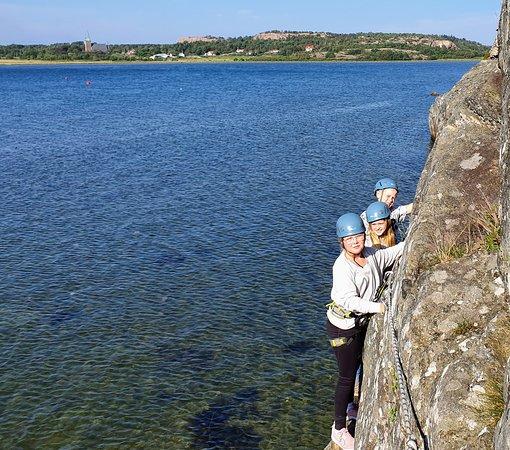 Outdoor West Sweden: Via ferrata along a narrow shelf, scrambling along the waterfront and a final attempt at sport climbing: activity is called BEACH DWELLER aka Strandsittaren.
