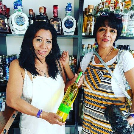 Mezcales, Mexico: Amigas de df con su licor de mago,