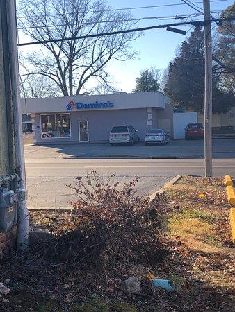 Benton, IL: Dominos's
