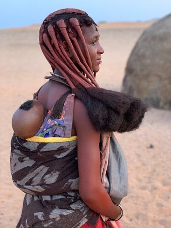 Kaokoland, นามิเบีย: Himba woman and baby from nearby village