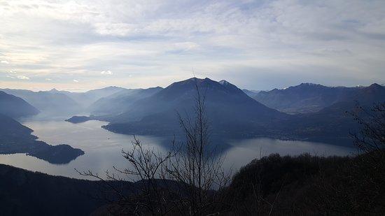 Esino Lario, Italy: Panorama dal Passo Agueglio (1142 m).  Questo passo (sconosciuto ai più) mette in comunicazione Varenna ed Esino con la Valsassina, offre una vista  mozzafiato sul Lago di Como e sulle Grigne. (2 Febbraio 2020 alle 15,30).