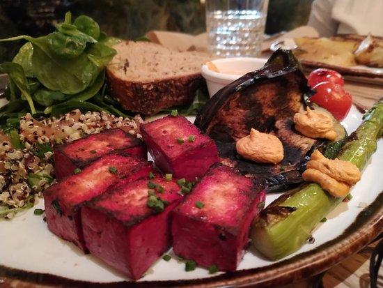 Tofu marinado con verduras de temporada y ensalada de quinoa