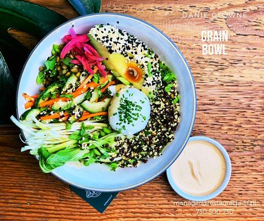 Grain bowl / komosa ryżowa / kasza jaglana / fasola mung / jajko / awokado / kimchi / świeże warzywa i zioła / sos orzechowy
