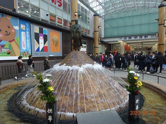 Gyoki Statue with a Fountain: 近鉄奈良駅前にあります