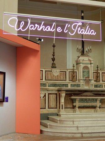 L'altare maggiore 'dietro' le opere della mostra su Warhol