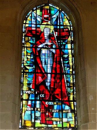 Une église dont la construction débute au tournant du 12ème et 13ème, le mélange des styles témoigne de son histoire