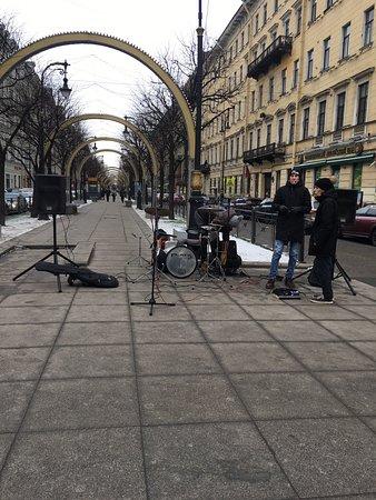 Забыла написать в отзыве, что Невский проспект это ещё и музыка. Уличные музыканты играют произведения на любой вкус.