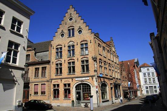 Bruggy, Belgie: Brugge, Belgium - Riddersstraat and Hoogstraat corner. Old town of Burges with its narrow streets is full of quiet nooks and crannies.
