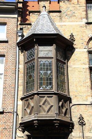 Bruggy, Belgie: Brugge, Belgium - wooden bay window.