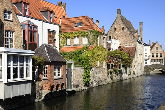 Bruggy, Belgie: Brugge, Belgium - along the canal.