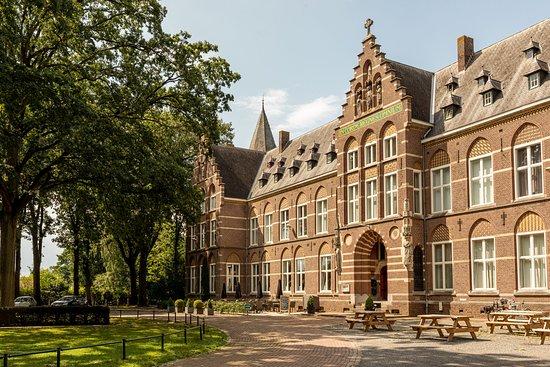 Hoeven, Nederland: Voorzijde