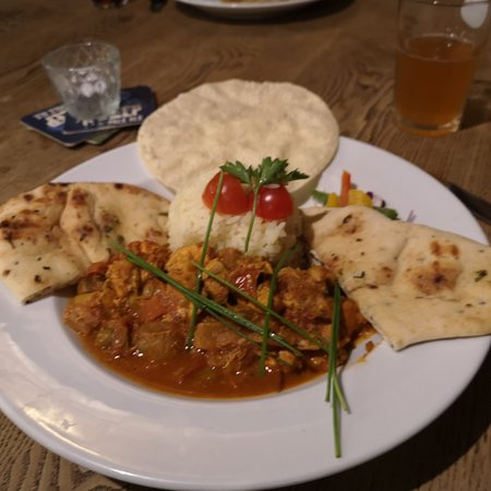 Upwey, UK: Chicken curry, poppadom, rice, nan bread
