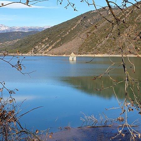 """Mediano, Spain: Le lac Médiano en Aragon en Espagne avec le clocher de l""""église engloutie et au fond la chaîne des Pyrénées . Magnifique sîte"""