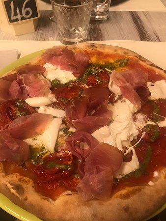 Pizza Julia senza glutine. (burrata, pesto alla genovese, prosciutto crudo, pomodoro)