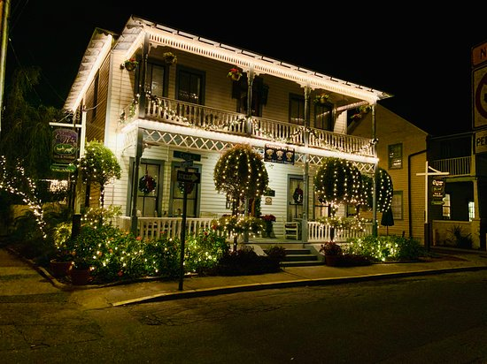 Carriage Way Inn Bed & Breakfast: At night