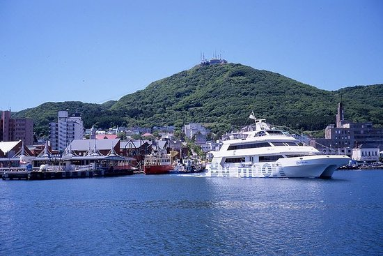 Cruise in the Hakodate Bay and eat...