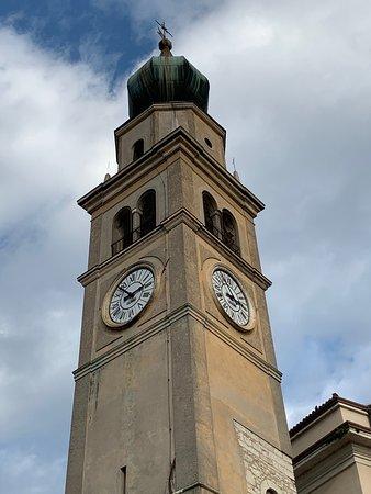 Nomi, Италия: Campanile con bella guglia a cipolla in rame