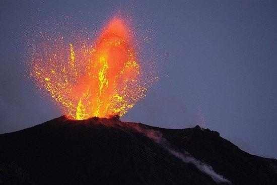 在斯特龍博利-阿什拉火山指南上徒步旅行